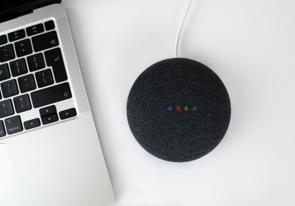 Assistentes virtuais Alexa Google Siri no Home Theater e Som Ambiente